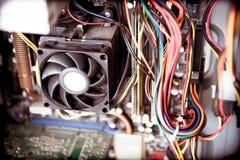 Stary zakurzony komputer osobisty jednostki centralnej fan na płycie głównej Obrazy Stock
