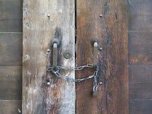 Stary zamknięty drewniany drzwi z łańcuchem i kłódką obrazy royalty free