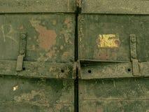 Stary zamknięty zniszczony stalowy drzwi fotografia stock