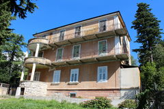 Stary zaniechany Śródziemnomorski dom otaczający wysokimi drzewami i uncut trawą Fotografia Royalty Free