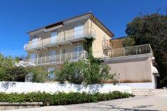 Stary zaniechany Śródziemnomorski mały hotelowy budynek fotografia stock
