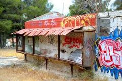 Stary zaniechany budynek malujący graffiti w Loutraki Obraz Royalty Free