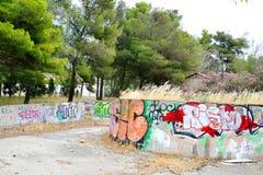 Stary zaniechany budynek malujący graffiti w Loutraki Zdjęcia Royalty Free