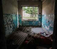 Stary, zaniechany budynek zamieszkujący ludźmi bezdomni, obrazy royalty free