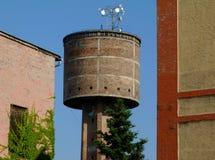 Stary zaniechany ceglany wieża ciśnień szczegół z radiowego przekazu anteną na wierzchołku zdjęcie stock