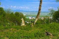 Stary zaniechany cmentarz, krzyże i grób przerastający z tal, obraz stock