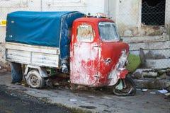 Stary zaniechany czerwieni i błękita trójkołowa ładunek jechać na rowerze Obraz Royalty Free