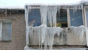Stary zaniechany dom i swój balkon z ogromną ilością roztapiający sople w zimie zbiory wideo