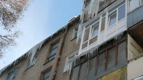 Stary zaniechany dom i sw?j balkon z ogromn? ilo?ci? roztapiaj?cy sople w zimie zdjęcie wideo