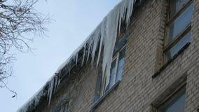 Stary zaniechany dom i sw?j balkon z ogromn? ilo?ci? roztapiaj?cy sople w zimie zbiory wideo