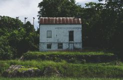 Stary Zaniechany dom na C&O kanale zdjęcia royalty free