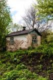 Stary zaniechany dom wśród gąszczy greenery obraz royalty free