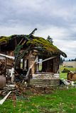 Stary zaniechany dom w disrepair na spadku dniu Rujnujący domowy przed definitywną rozbiórką obraz royalty free
