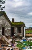 Stary zaniechany dom w disrepair na zimnym dniu Rujnujący domowy przed definitywną rozbiórką zdjęcia stock