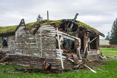 Stary zaniechany dom w disrepair na zimnym spadku dniu zdjęcia stock