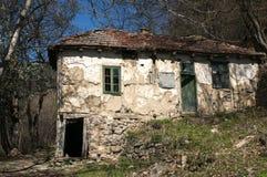 Stary zaniechany dom w wiosna czasie Zdjęcia Stock