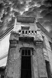 stary zaniechany dwór w czarny i biały brzmieniach fotografia stock