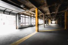 Stary zaniechany fabryczny korytarz z dużymi okno Zdjęcia Stock