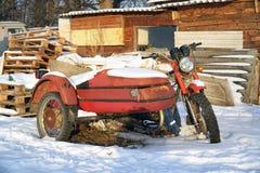 Stary zaniechany motocykl z sidecar fotografia stock
