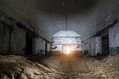 Stary Zaniechany ośniedziały porzucony sowiecki bunkier Zaniechany dodatku specjalnego magazyn głowicy bojowa dla jądrowych pocis obrazy royalty free