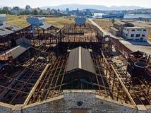 Stary, zaniechany przemysłowy budynek od above, zdjęcia royalty free