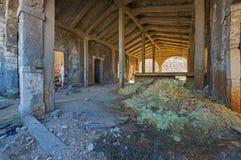 Stary zaniechany przemysłowy fabryczny wnętrze Obrazy Royalty Free