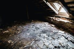 Stary zaniechany przerażający rezydencja ziemska domu pokój Stary papier na ziemi Obraz Stock
