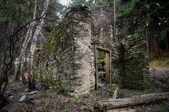 Stary zaniechany rujnujący kamienia dom Obrazy Stock