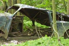 Stary zaniechany samochód w lesie obraz stock