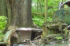 Stary zaniechany samochód w lesie obraz royalty free
