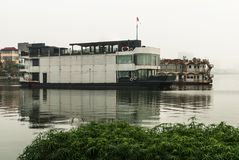 Stary zaniechany statek na jeziorze Zdjęcia Royalty Free