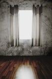 Stary zaniechany wnętrze, drewniana podłoga i grunge betonowa ściana z zasłony otwarcia odbiorczym światłem słonecznym, ciemny śr Zdjęcie Royalty Free