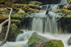 Stary, zaniechany wodny młyn z woda strumieniami, i małe siklawy zdjęcia stock