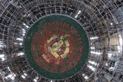 Stary Zaniechany Zniszczony zabytek 26-03-2016 - Buzludzha, Bułgaria - ` świat pracownicy jednoczy ` - Obraz Royalty Free