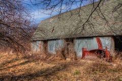 Stary zaniedbany wyposażenie od Mid-20th wieka i gospodarstwo rolne wewnątrz obraz stock