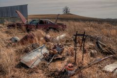 Stary zaniedbany wyposażenie od Mid-20th wieka i gospodarstwo rolne wewnątrz obrazy stock