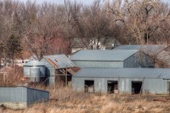 Stary zaniedbany wyposażenie od Mid-20th wieka i gospodarstwo rolne wewnątrz fotografia royalty free