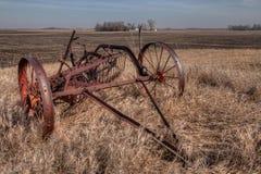 Stary zaniedbany wyposażenie od Mid-20th wieka i gospodarstwo rolne wewnątrz obraz royalty free
