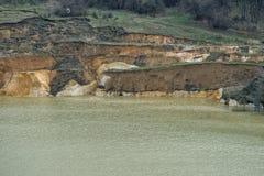 Stary zapadnięty kopalniany sylikatowy piasek z płatowatym wybrzeżem 02 Obraz Stock