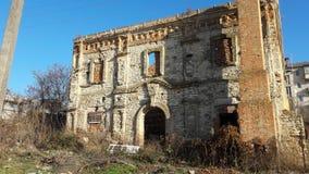 stary zapamiętanie budynek Frontowa fasada zaniechany budynek obraz royalty free