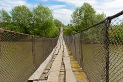 Stary zawieszenie most nad rzeką fotografia royalty free