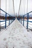 Stary zawieszenie most przez rzekę zdjęcie royalty free