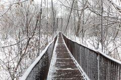 Stary zawieszenie most z śniegiem zdjęcie stock