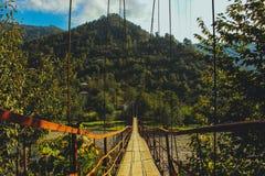 Stary zawieszenie most zamknięty w górę średniogórzy w, Batumi, Gruzja fotografia royalty free