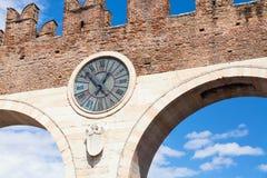 Stary zegar średniowieczny Porta Nuova, brama stary miasteczko Verona stanika piazza Verona Veneto region, Włochy obrazy stock