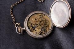 Stary zegarowy mechanizm na czarnym rzemiennym tle Obrazy Royalty Free