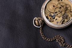 Stary zegarowy mechanizm na czarnym rzemiennym tle Zdjęcie Stock