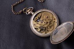 Stary zegarowy mechanizm na czarnym rzemiennym tle Zdjęcie Royalty Free