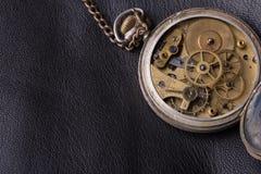 Stary zegarowy mechanizm na czarnym rzemiennym tle Zdjęcia Royalty Free