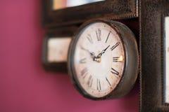 Stary zegarowy obwieszenie na Burgundy ścianie Obraz Royalty Free